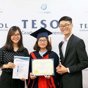 Giáo viên cùng học viên đang trao chứng chỉ TESOL và chụp ảnh tốt nghiệp. Đây là khóa học TESOL đào tạo giáo viên giảng dạy tiếng Anh chuyên nghiệp.
